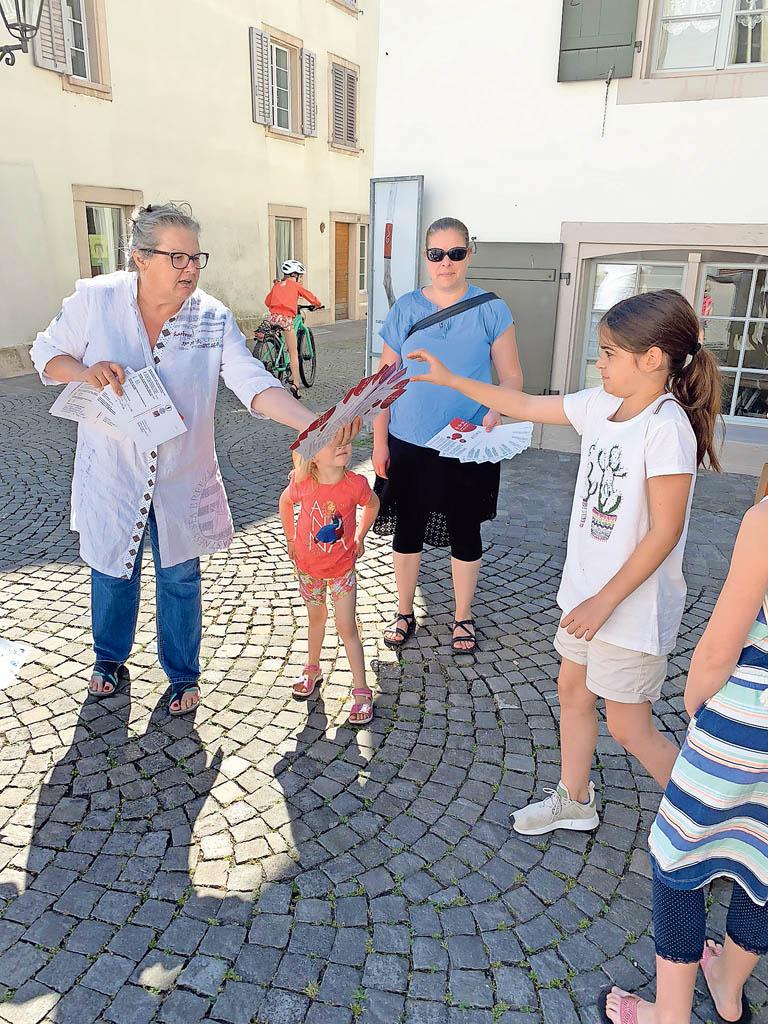 Marianne Bolliger vom Zentrum Aarau mit junger Glücksgöttin