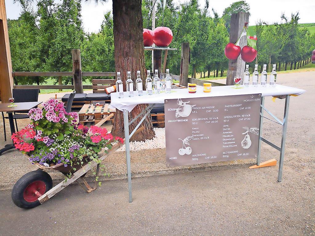 Fruchtbrände vor dem Hof Café bereit zur Degustation | Landanzeiger-Shopping